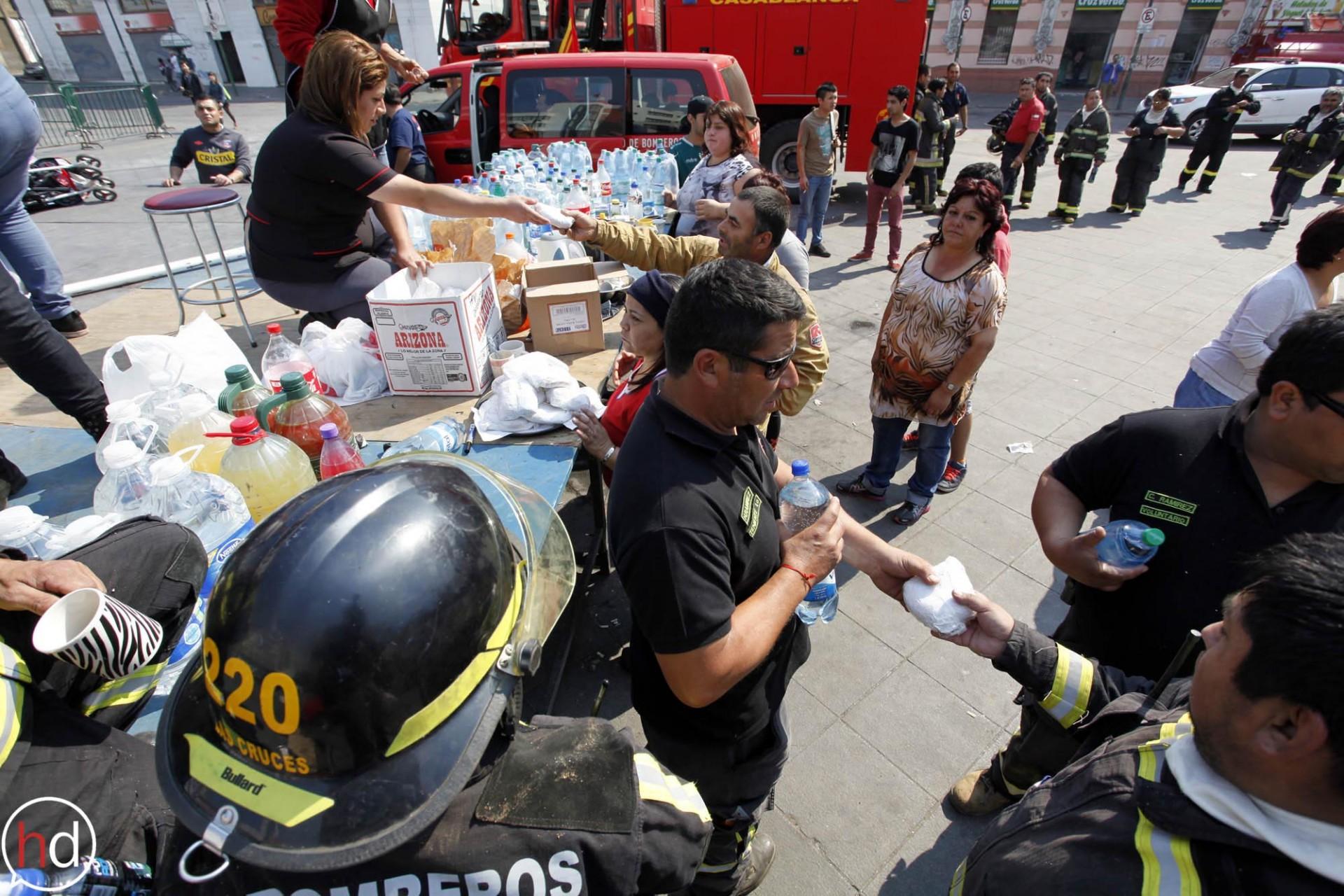 También fueron en apoyo de los voluntarios de bomberos con agua y alimentos para ellos.