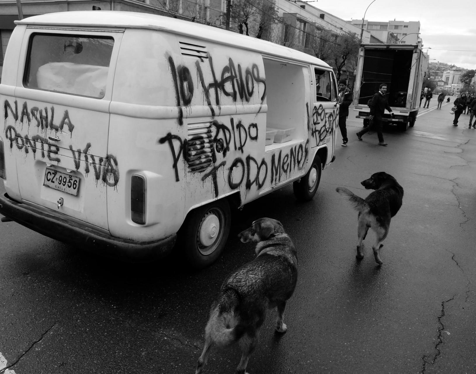 Un vehículo llama la atención: es parte de la obra artística en la que se quemaron miles de pagarés de la Universidad del Mar.