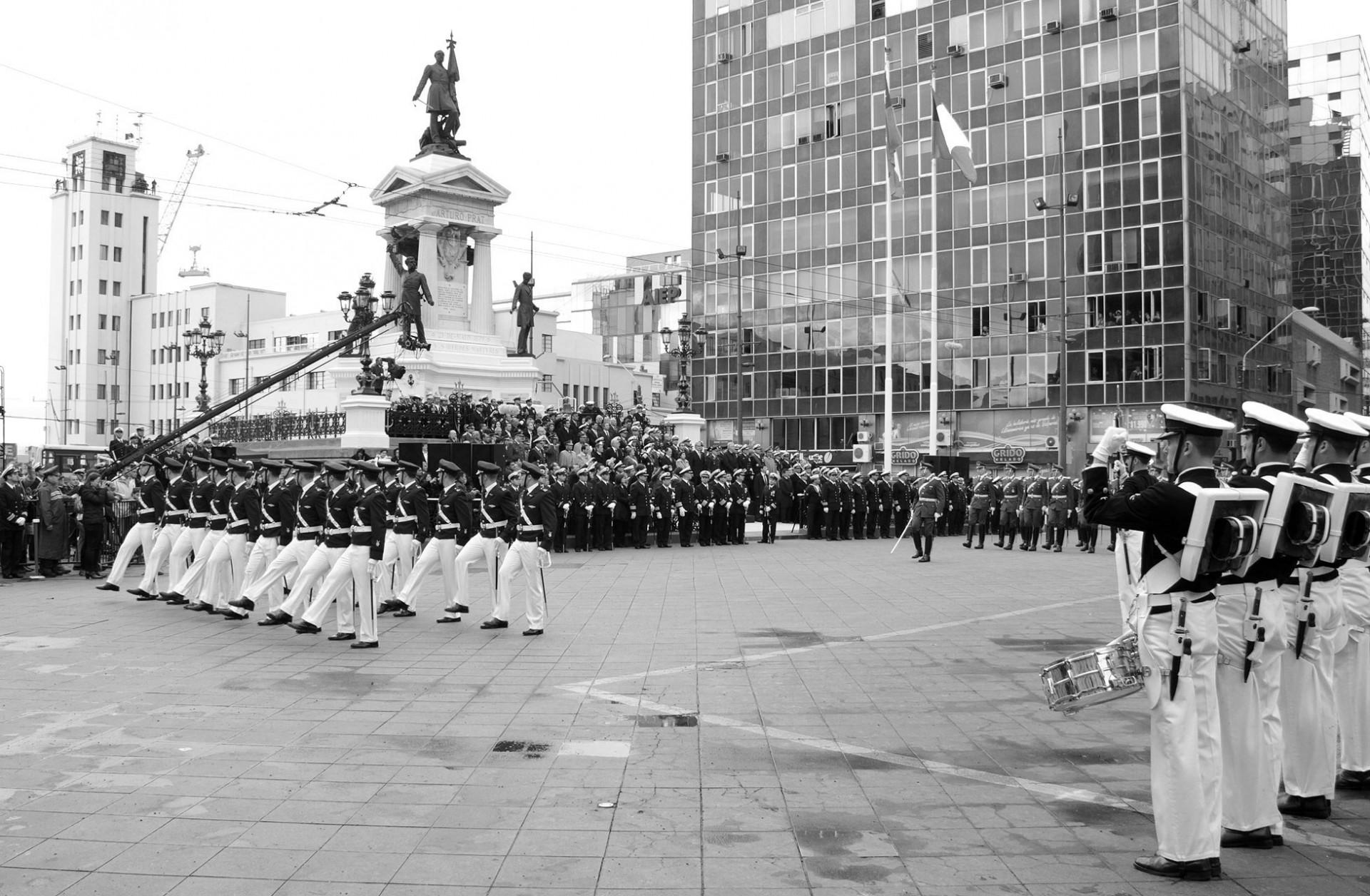 En el otro extremo de la ciudad, el tradicional desfile militar del 21 de mayo muestra la otra cara de esta fecha en Valparaíso. Foto: Presidencia.