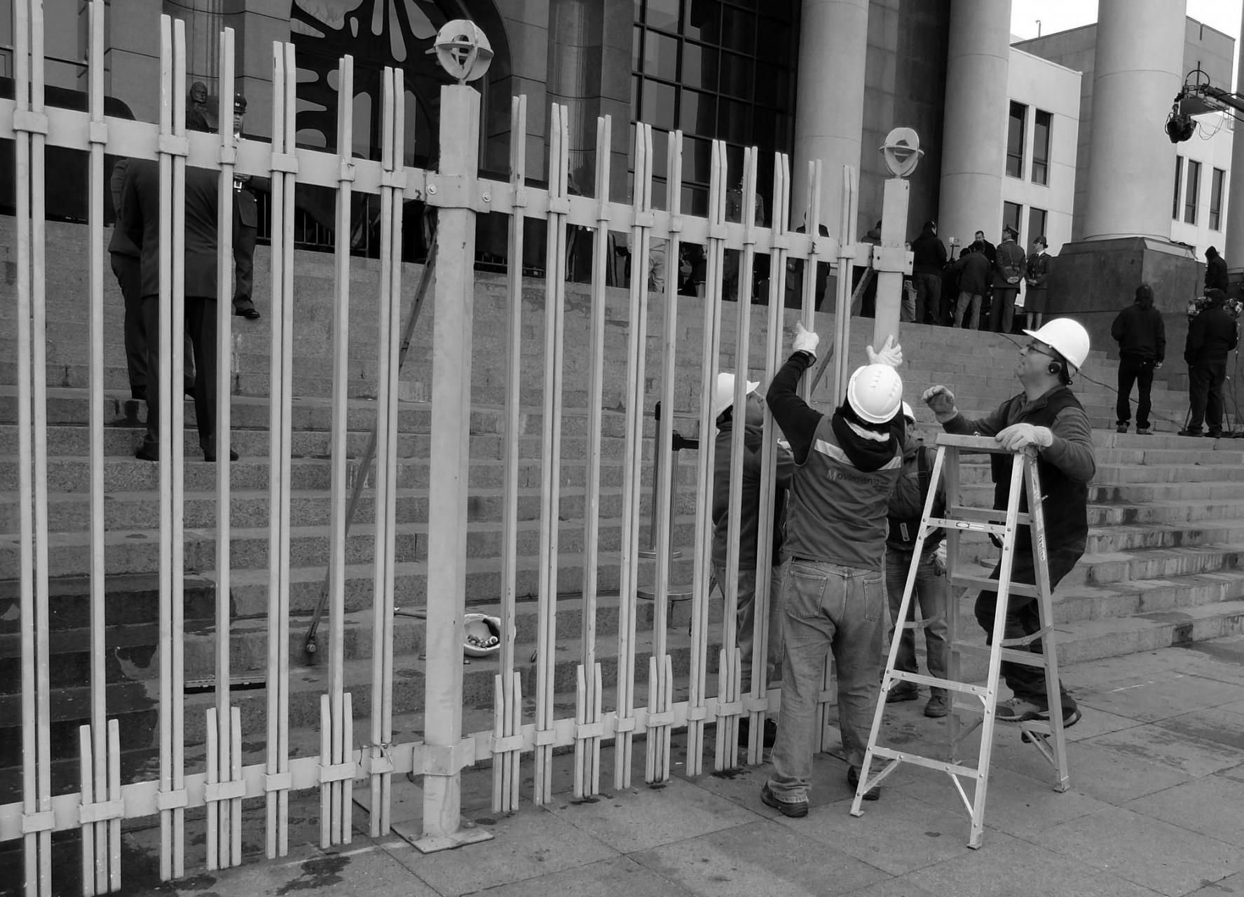 Termina la ceremonia en el Congreso y se instala nuevamente la reja que separa a los políticos de la calle.