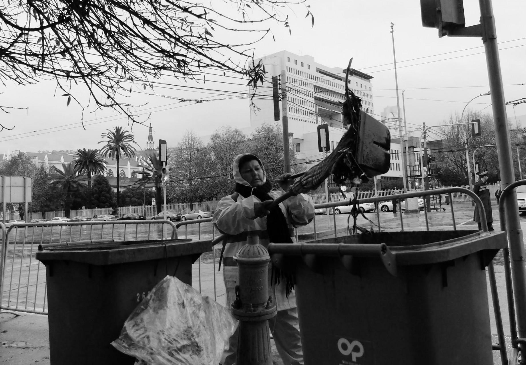 Las autoridades locales despliegan intensos esfuerzos por esconder la basura que abunda cerca del Congreso.
