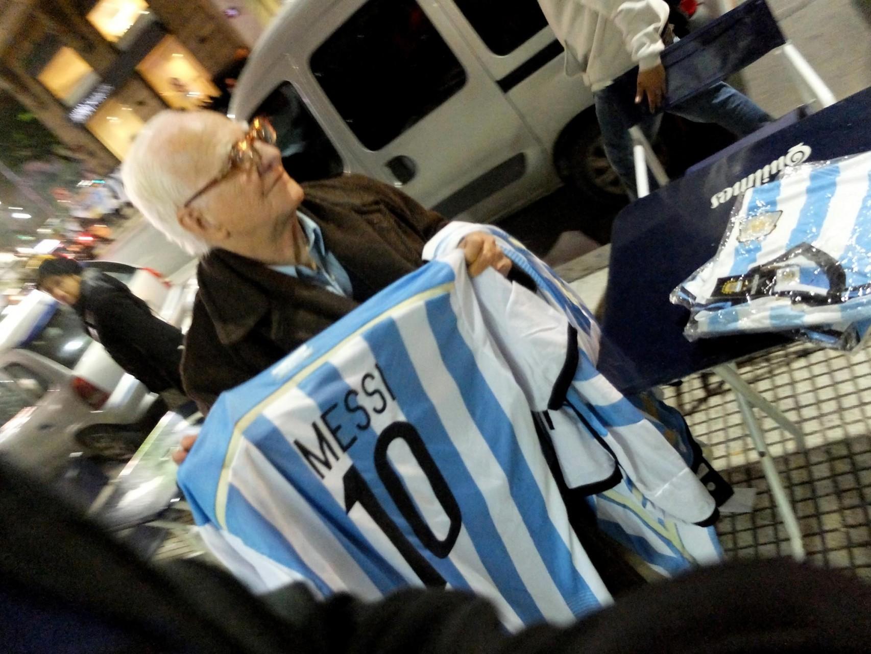 Messi: omnipresente en la hinchada y la publicidad.