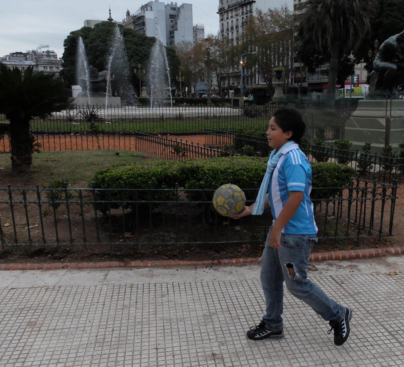 La albiceleste y la pelota se toman los corazones argentinos desde la primera infancia.