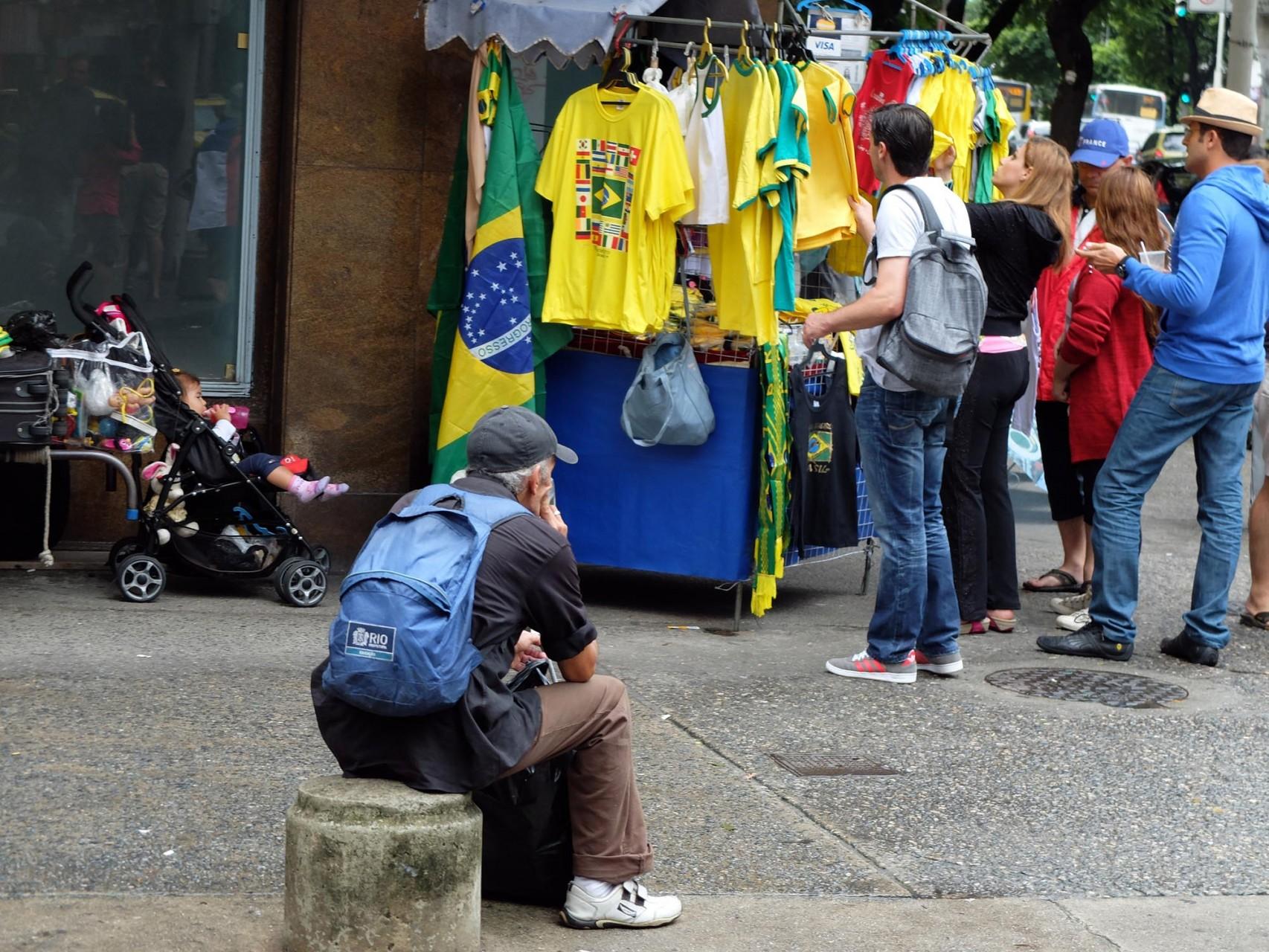 Pero nadie puede negar que el fútbol hace la vida más llevadera a los brasileños.