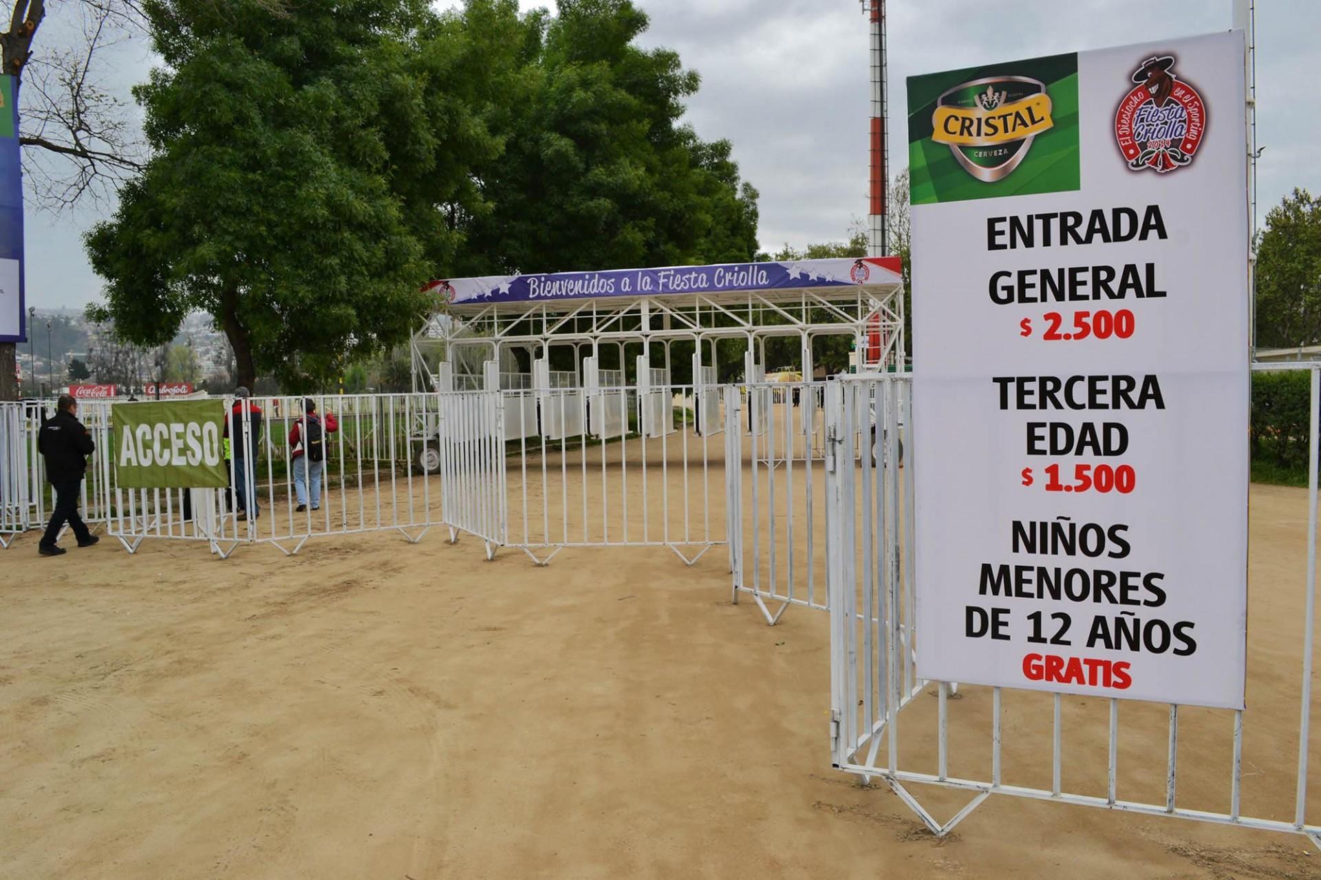 En Viña del Mar hubo polémica por el inédito cobro de entrada al recinto del Sporting Club. Foto: Diego Fuentes.