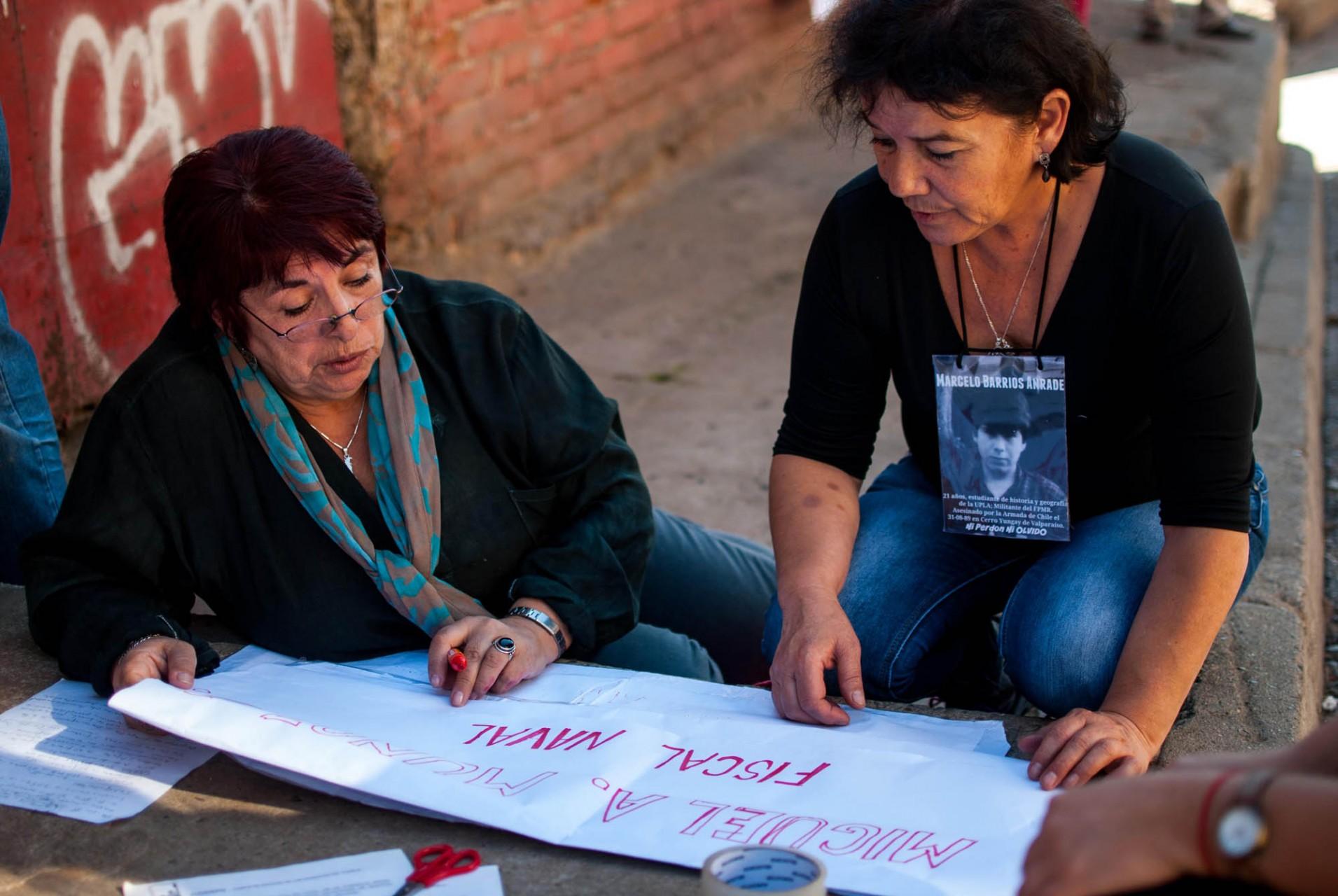 En la Junta Vecinal Población 18 de Septiembre se juntaron y prepararon las pancartas.