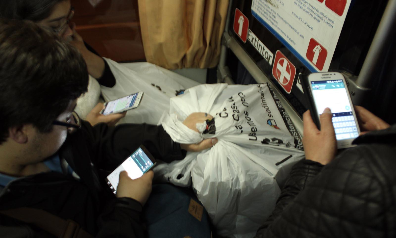 La gente recibió alertas y se comunicó con los suyos a través de tecnología de amplio uso en el país.