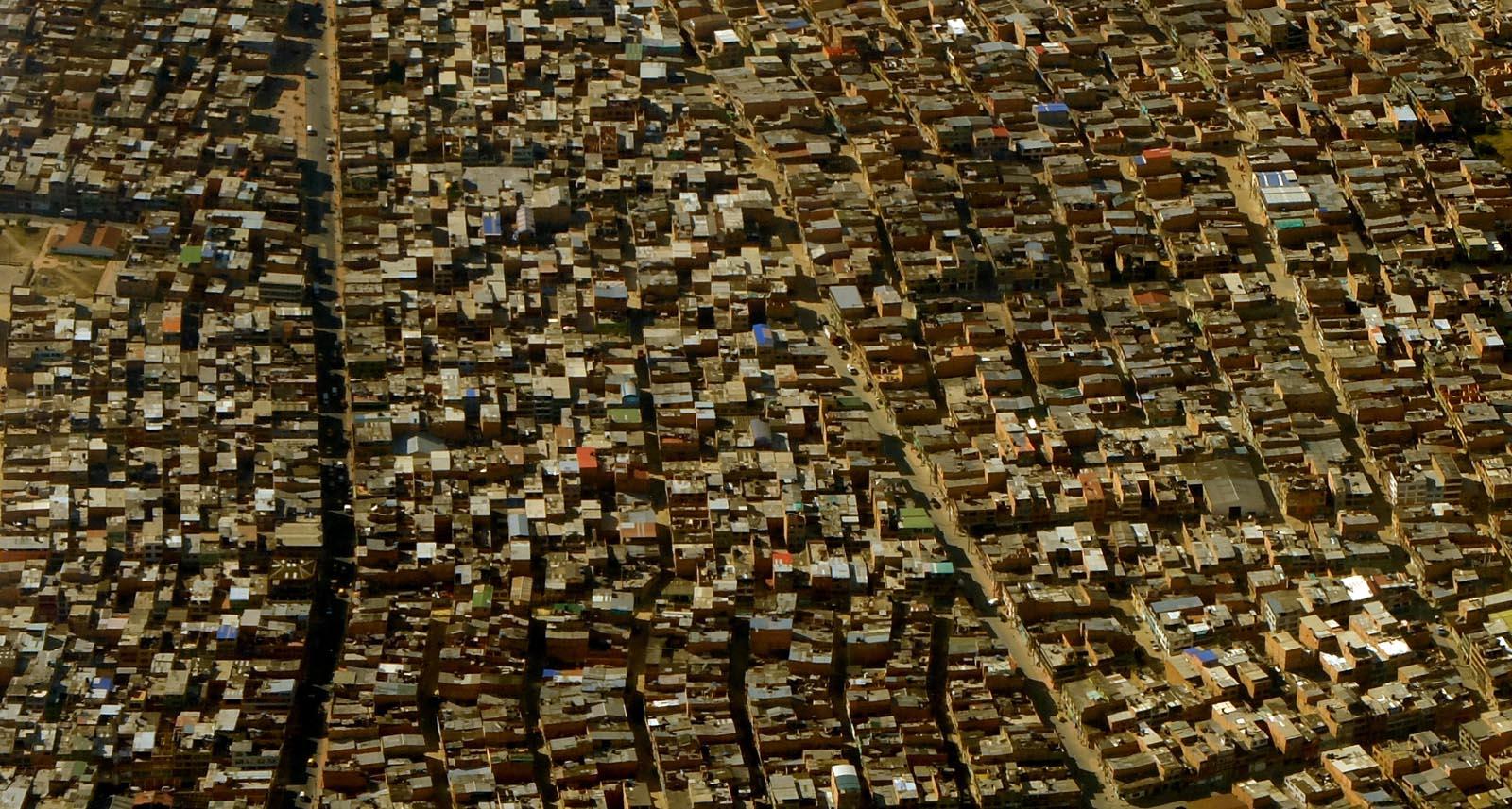 La última escala antes de llegar a Medellín es Bogotá. Desde el aire, el color ladrillo se impone, como en casi todo Latinoamérica.