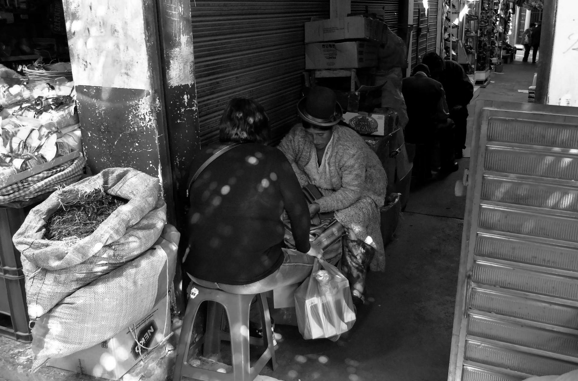 En los mercados más tradicionales se puede observar prácticas adivinatorias ancestrales.