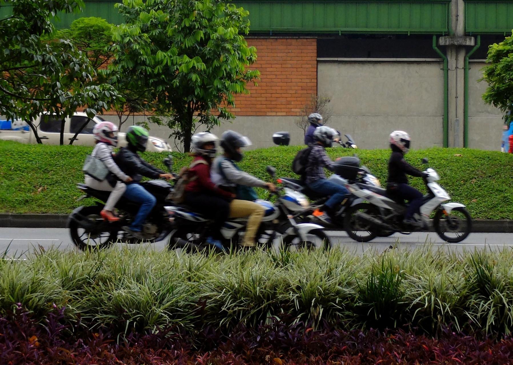 """Con los problemas de las urbes grandes: miles de motos eluden los tacos o """"trancones"""" como le llaman acá."""