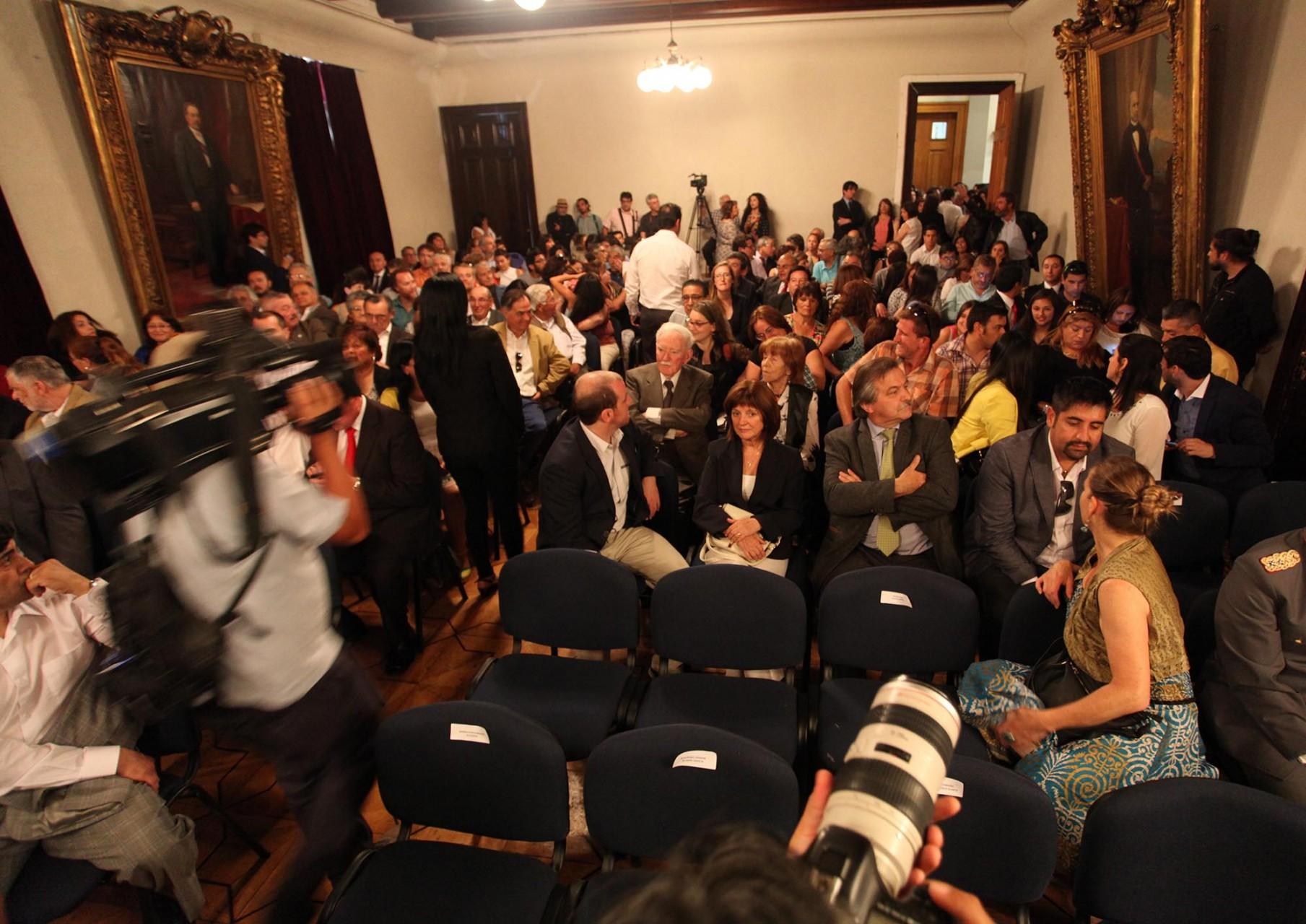 Un salón de honor caluroso y lleno de gente y expectativas recibió a Jorge Sharp cuando juró como alcalde de Valparaíso.