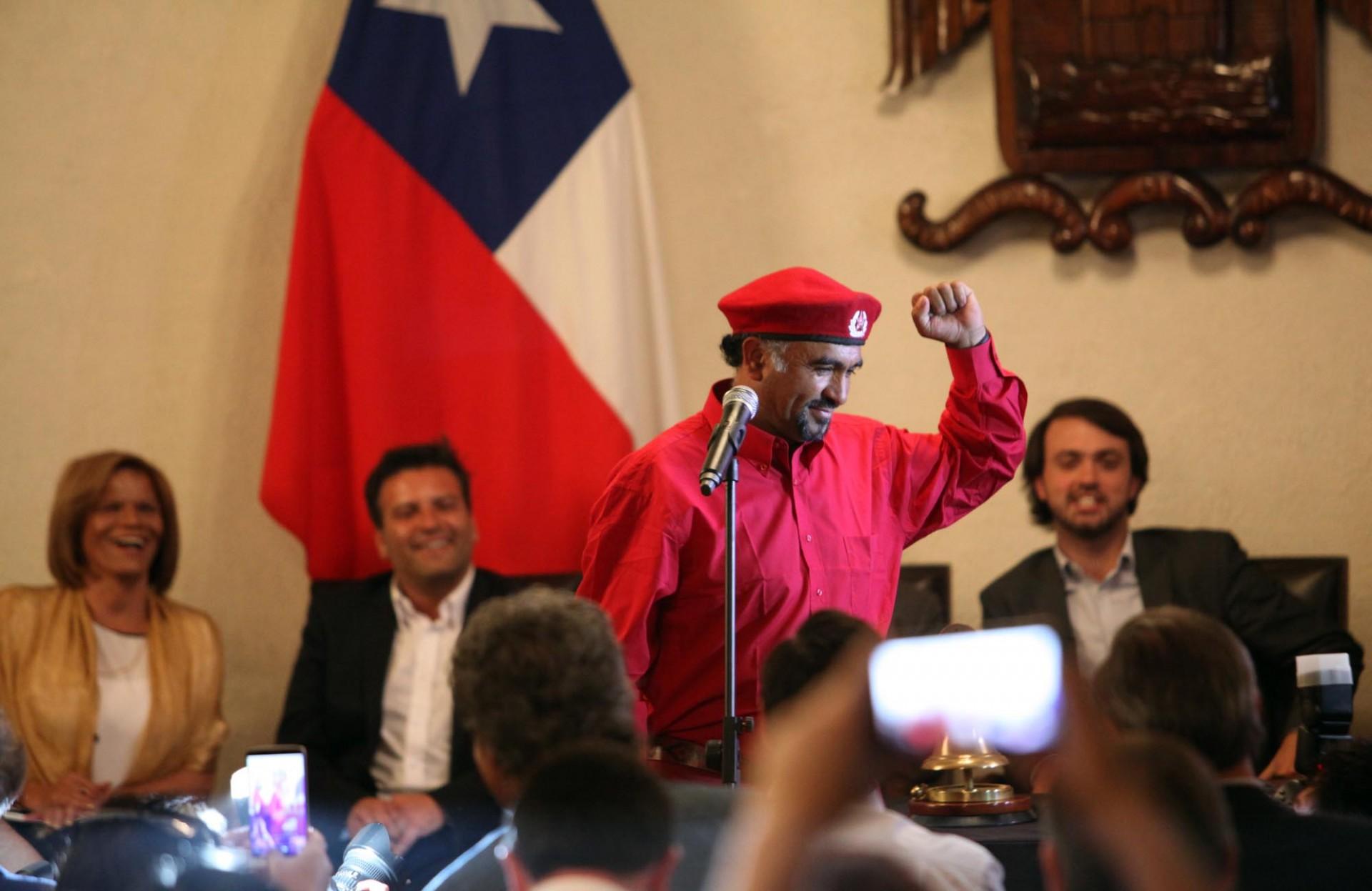 Otro que usa el puño izquierdo arriba es Yuri Zúñiga, que llegó al concejo desde su carro de venta de sánguches con discursos de allende en los parlantes.