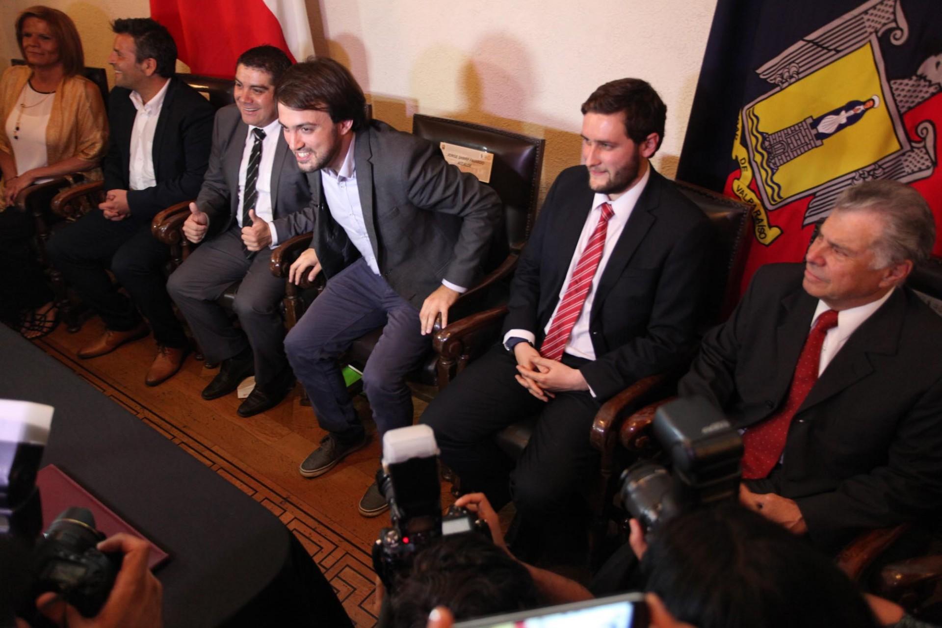 Llegó el momento del ciudadano Sharp. Sobre sus hombros las expectativas de miles de porteños que esperan que el nuevo alcalde y su equipo estén a la altura de los desafíos de Valparaíso y que la participación ciudadana no se quede sólo en una promesa.