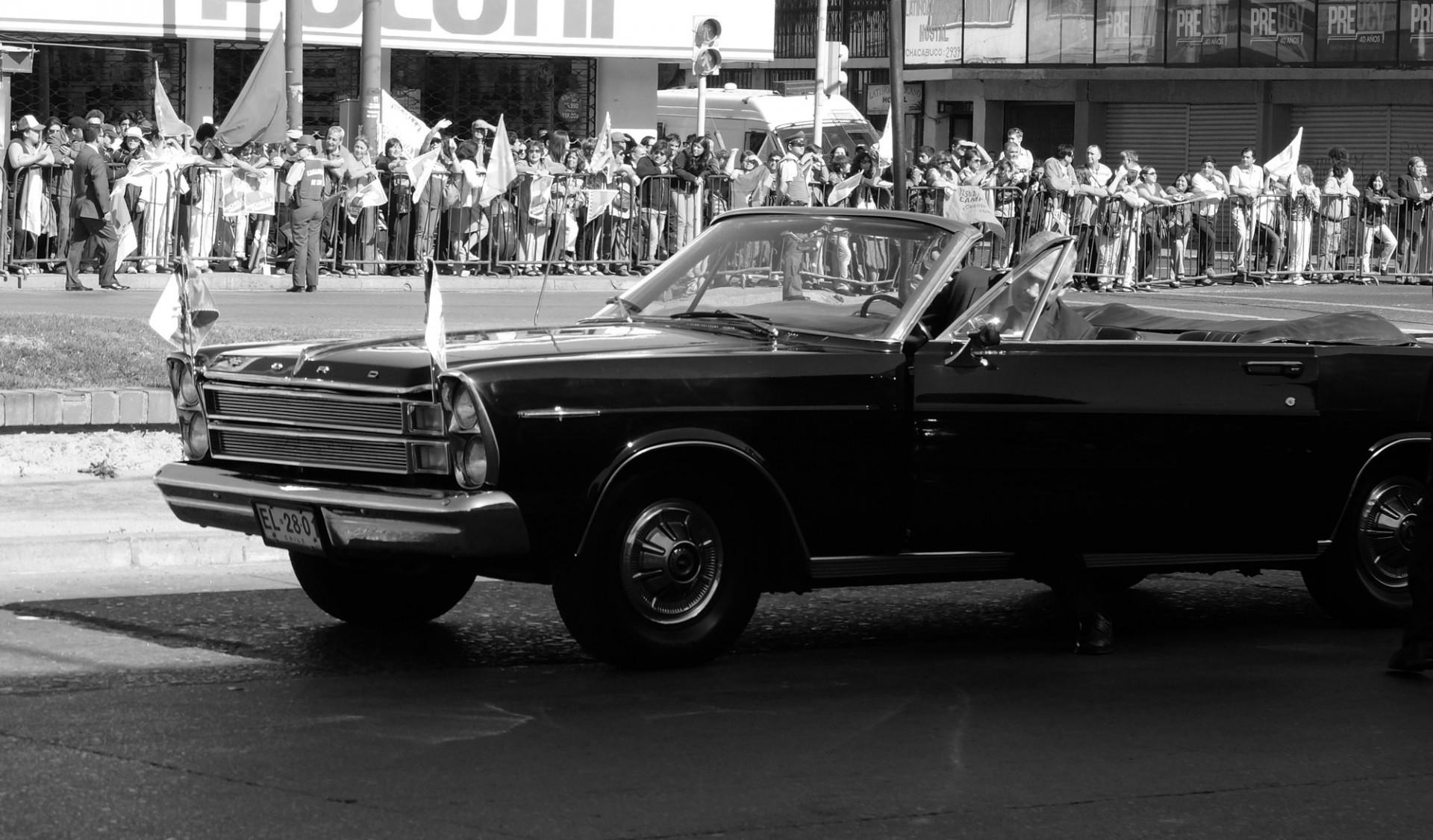 El Ford Galaxie espera para pasear por última vez al saliente presidente Piñera.