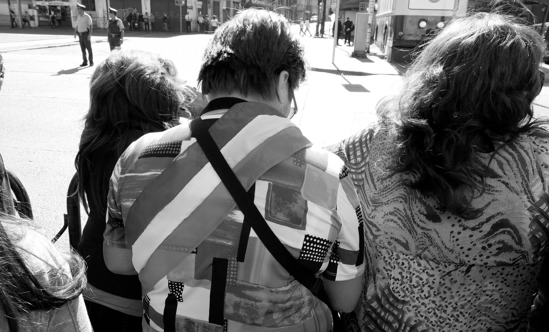 Las mujeres se han puesto la banda con Bachelet. Buena parte de su éxito electoral se lo debe a ellas.