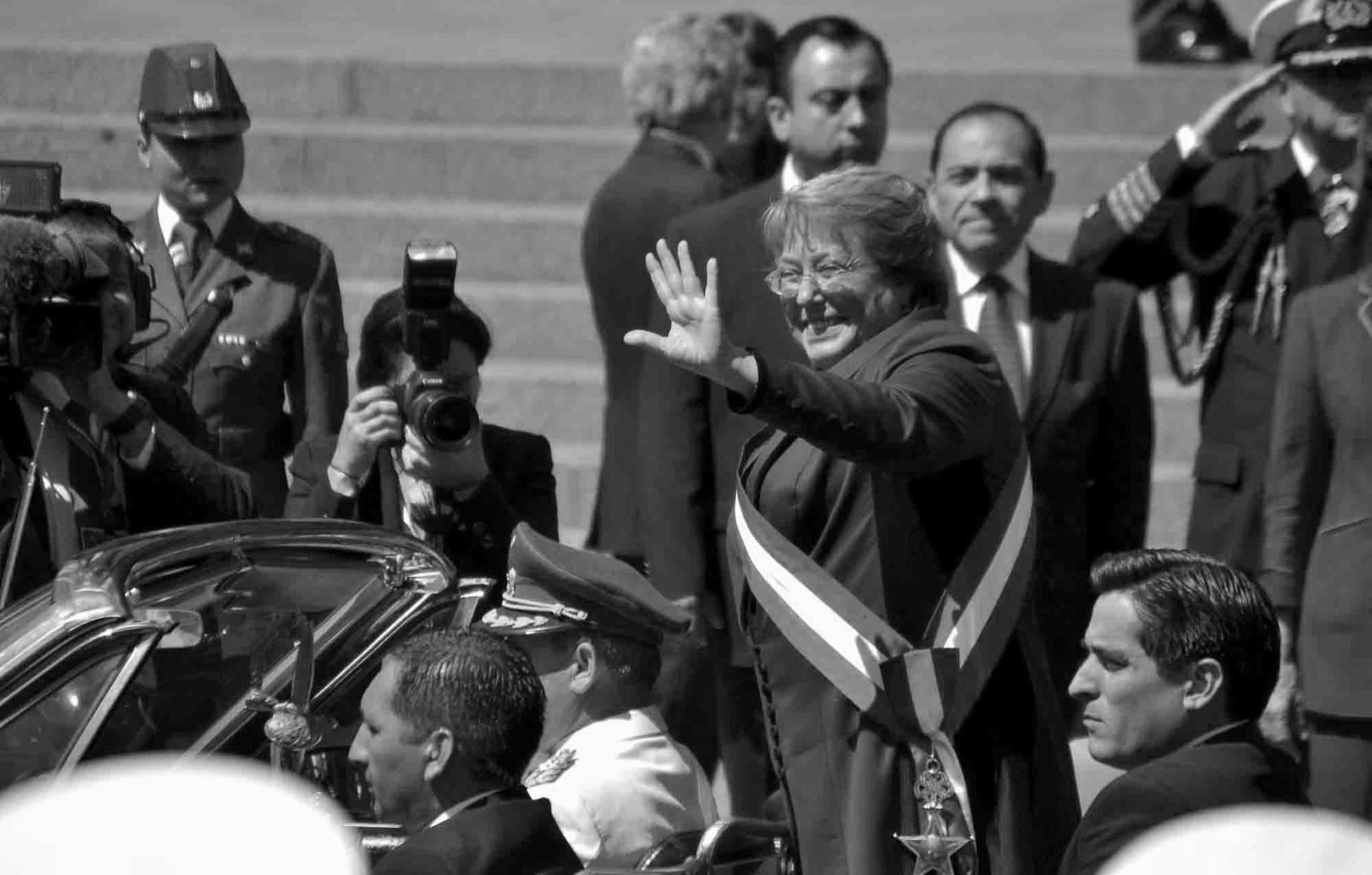 Bachelet sonríe al salir del Congreso por segunda vez con la banda. Foto: Jorge Severino
