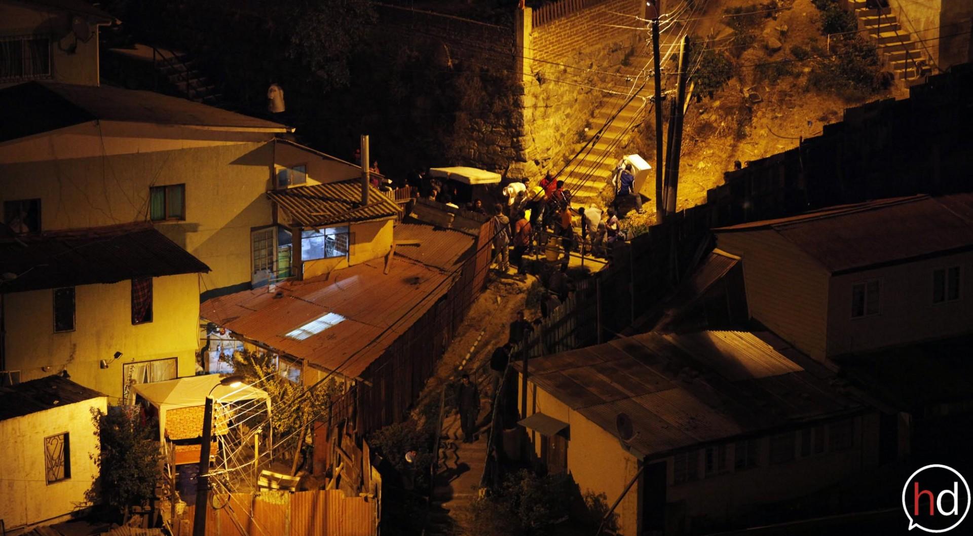 Desesperados por el avance de las llamas, los vecinos intentan sacar lo que puedan de sus viviendas amenazadas.