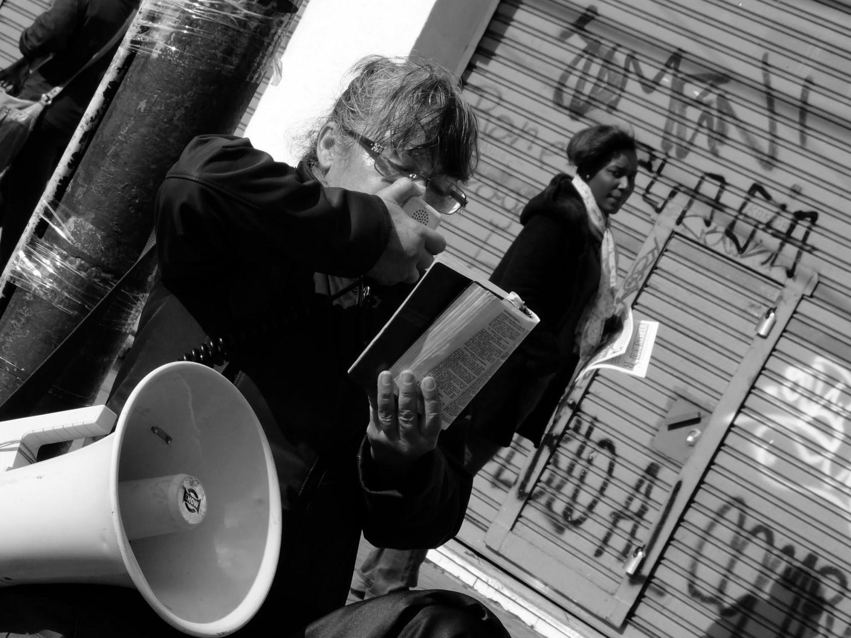 Hasta una predicadora del evangelio ocupa su lugar en la manifestación del 21 en Valparaíso.