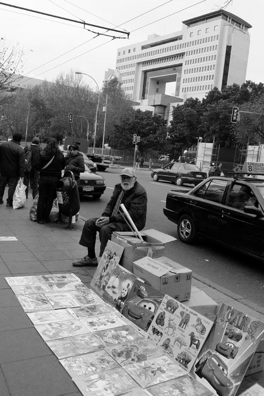 A metros del parlamento, la pobreza y las diversas fórmulas para evadirla ya es parte del paisaje urbano.