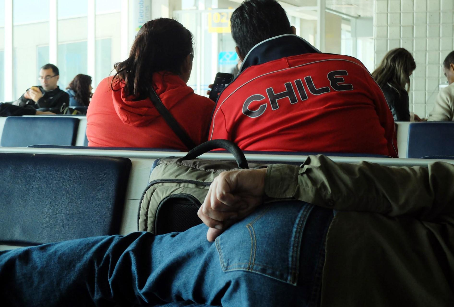 Y lo del sueño es literal: un viaje largo obligó a los chilenos a dormir en cualquier posición y lugar en su travesía mundialera.