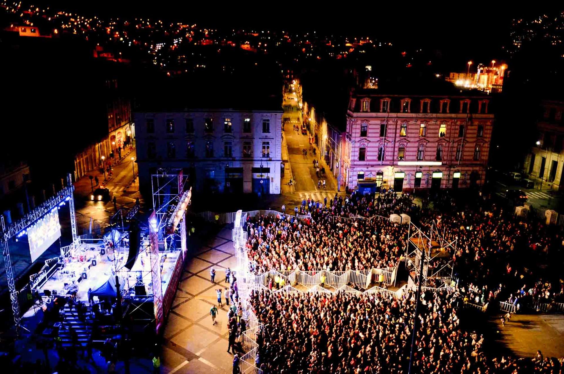 Plaza Sotomayor se consolida como el principal espacio para encuentros masivos con la música y demases.