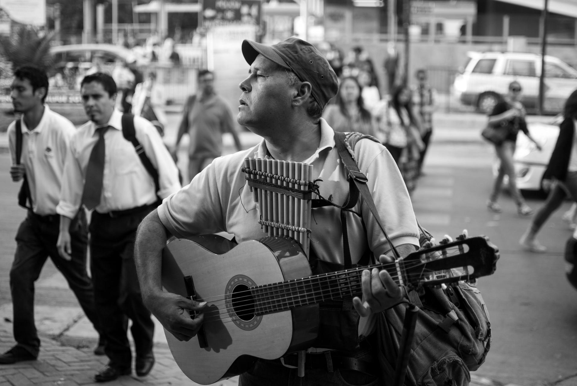 Algunos de los artistas se dedican a tocar musica en las calles.