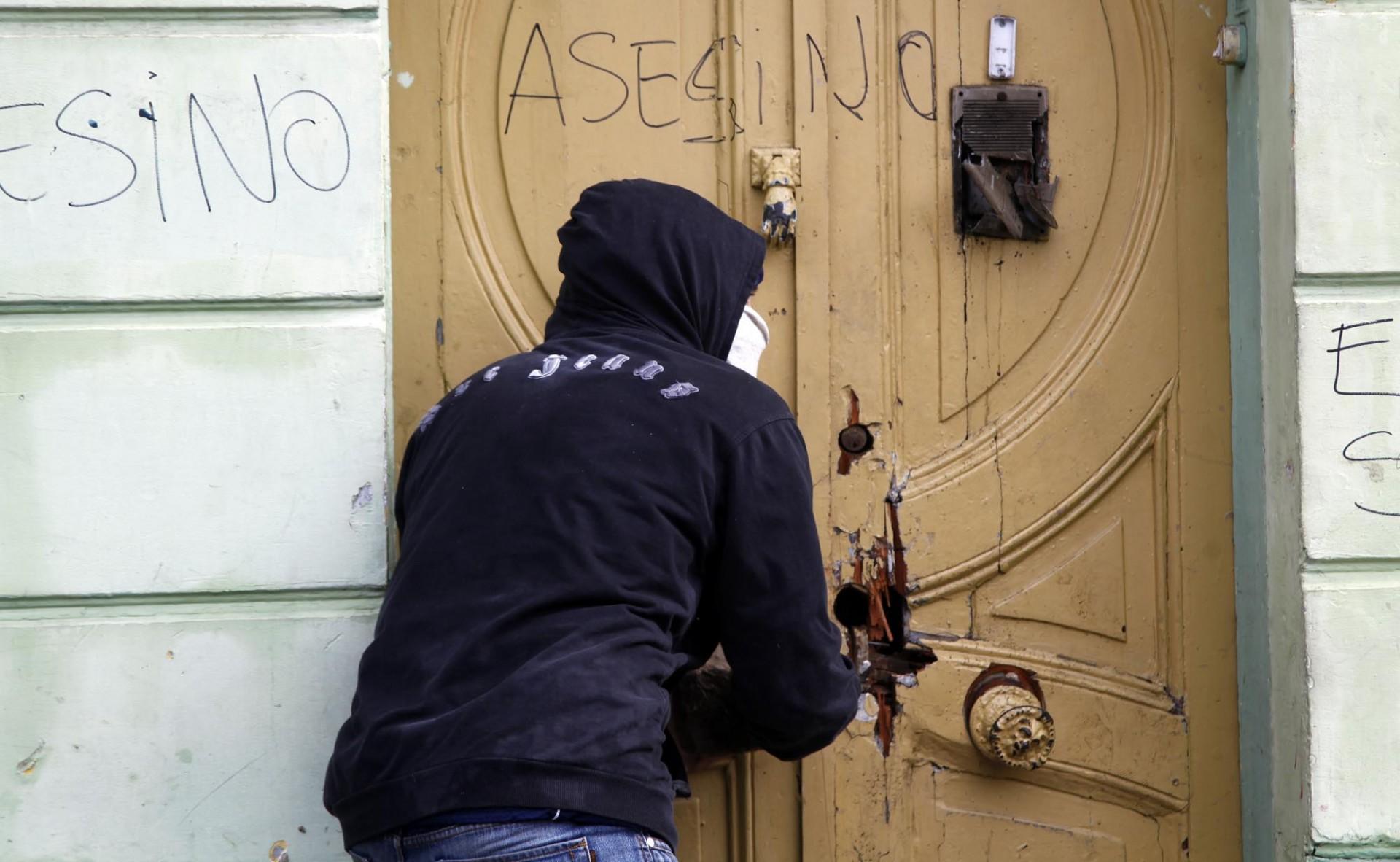 En la casa del imputado por el homicidio de los dos estudiantes sufre también la ira de algunos manifestantes.