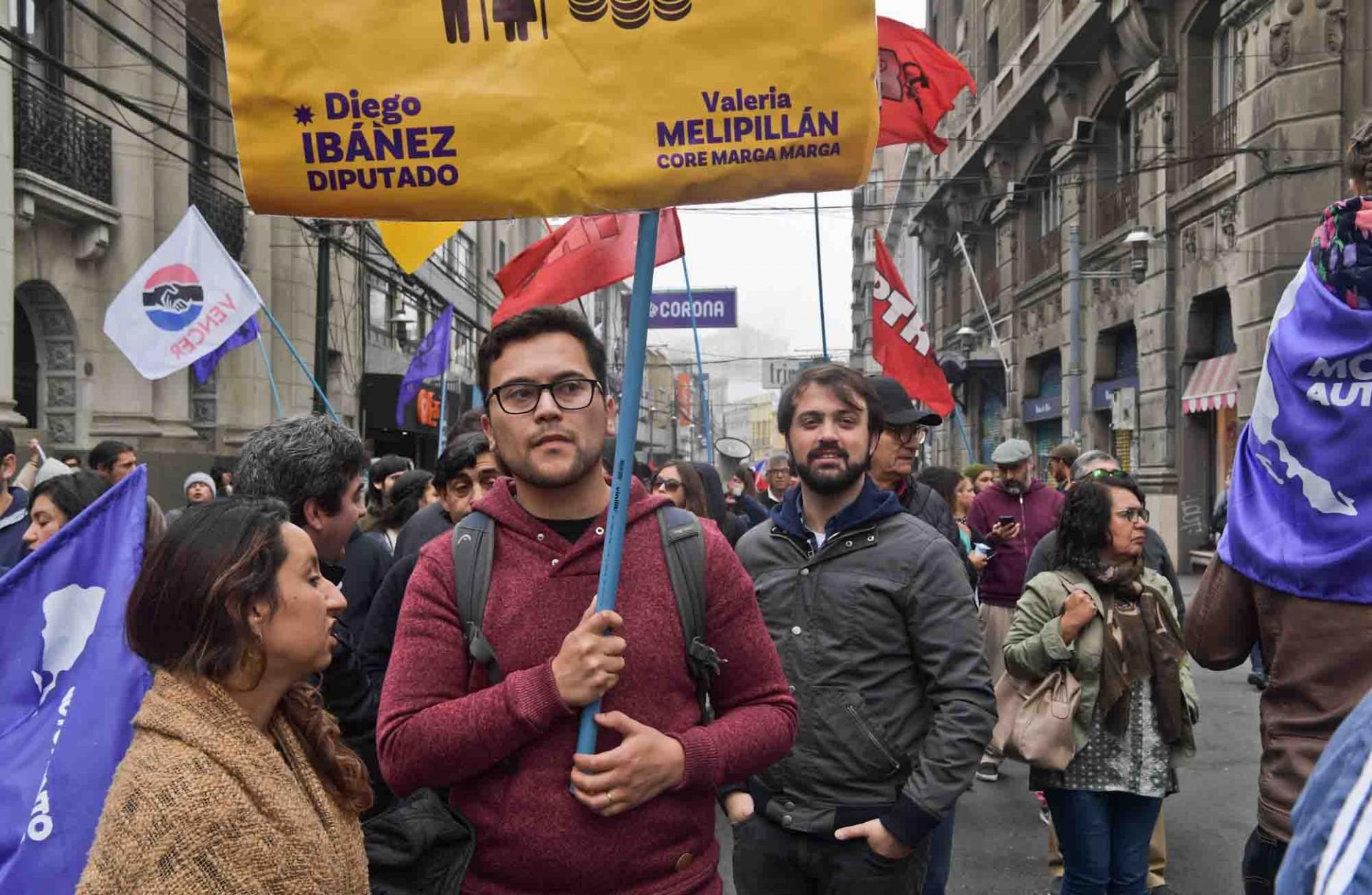 El alcalde Jorge Sharp se hizo presente otra vez en esta manifestación contra el sistema de pensiones chileno.